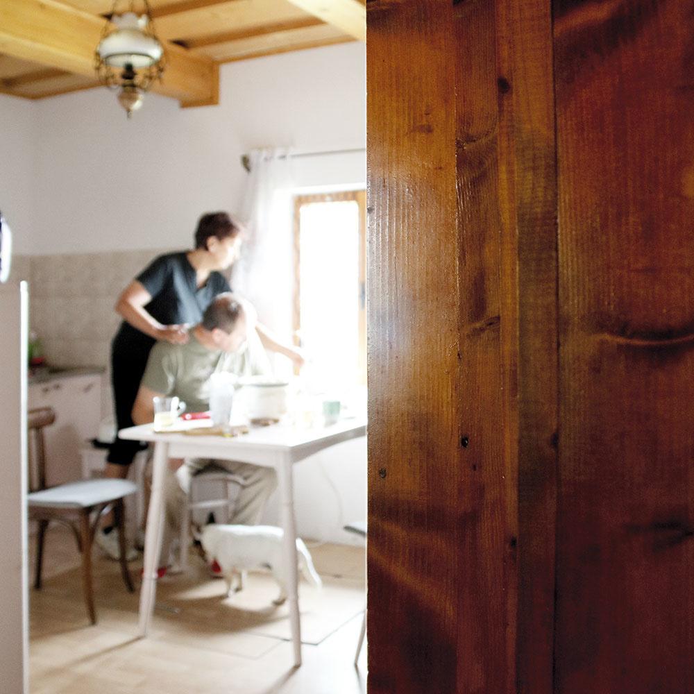 Keď sa do kuchyne vleje ranné slnko, inak tmavý priestor nadobúda čarovný charakter. Avôňa raňajok, čerstvého chleba či horúceho bylinkového čaju ho len podčiarkne.