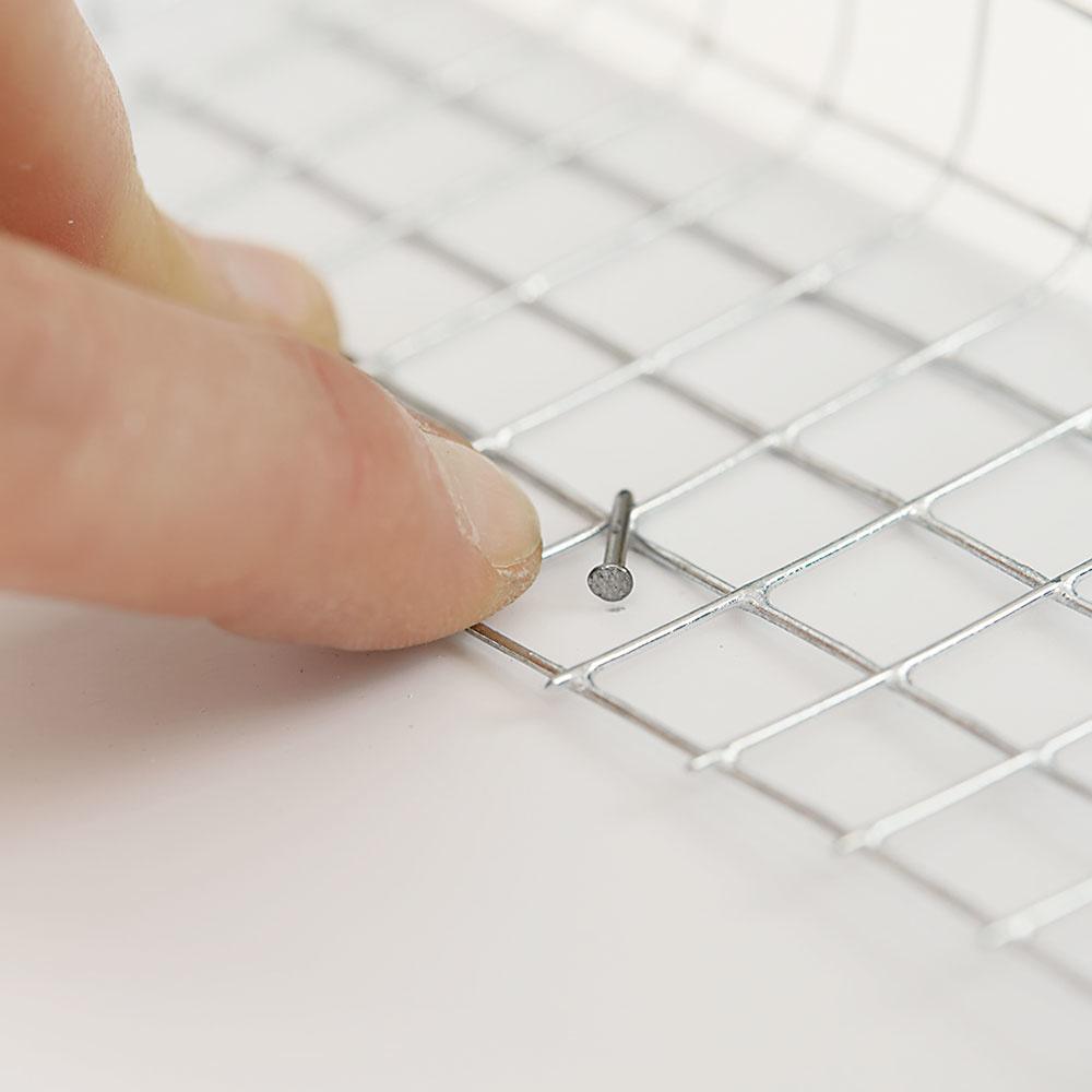 6. KLINČEK Používame pozinkované klinčeky dlhé 25 mm, ktoré po pribití ohneme, čím sa prichytí pletivo.
