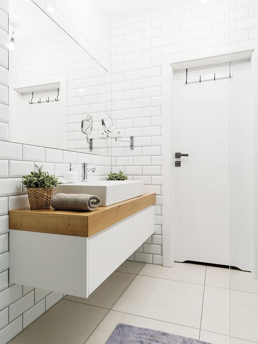Stavebne náročnejšie riešenia Vrodinných domoch môže byť šikovným riešením svetlovod. Vbytoch zasa priečky zmliečneho skla či luxfery, ktoré budú jemne prepúšťať svetlo zvedľajších miestností.