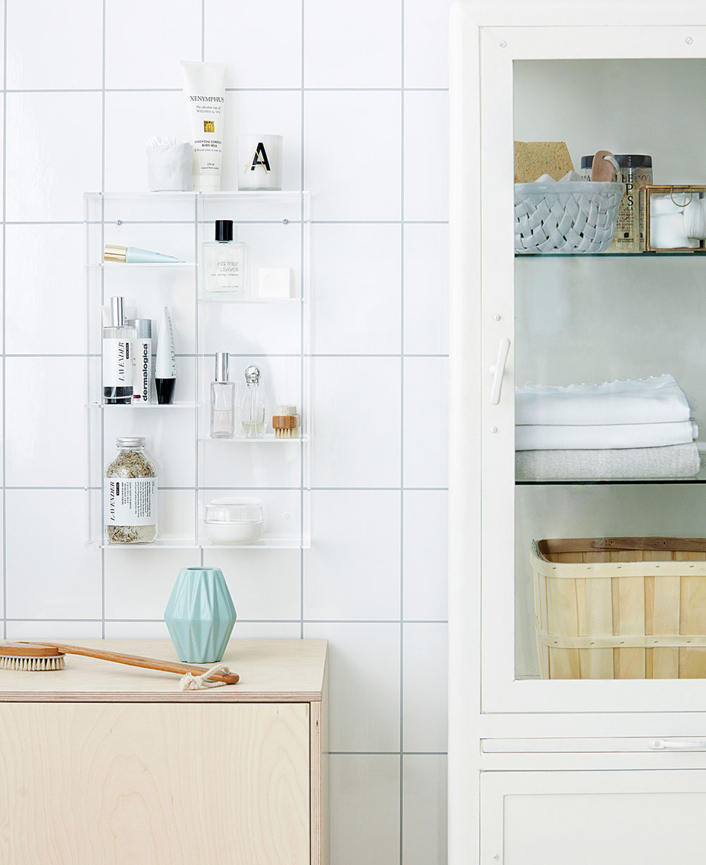 Priesvitné plastové alebo sklenené dózy anádoby na zubné kefky, vatové tampóny či tyčinky do uší, ba dokonca aj transparentné poličky na stenu veľmi nerušia priestor svojou prítomnosťou. Aj kúpeľňa bude pôsobiť ako čistejšia anepreplnená drobnosťami.