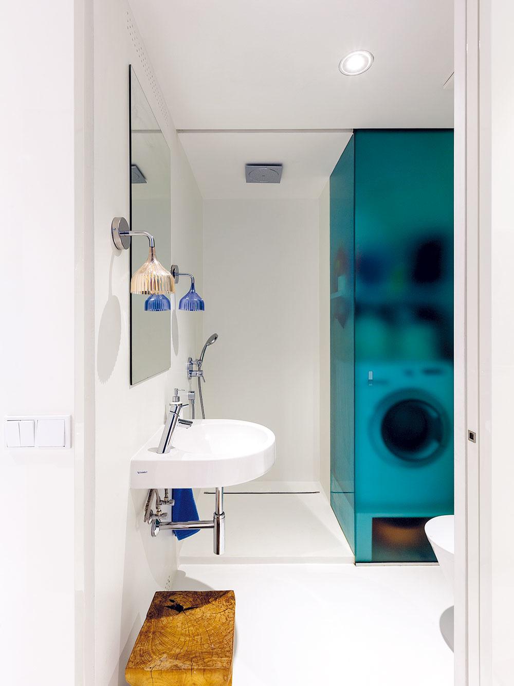 Čím menšia kúpeľňa, tým väčšmi by mala byť striedma. Umývadlo bez spodných skriniek vytvorí vizuálne vzdušnejší dojem, ateda akosi podvedome budete mať pocit, že isvetla je viac. Odkladacie priestory, oktoré ste takto prišli pod umývadlom, vám vynahradí zrkadlová alebo obyčajná nástenná skrinka.