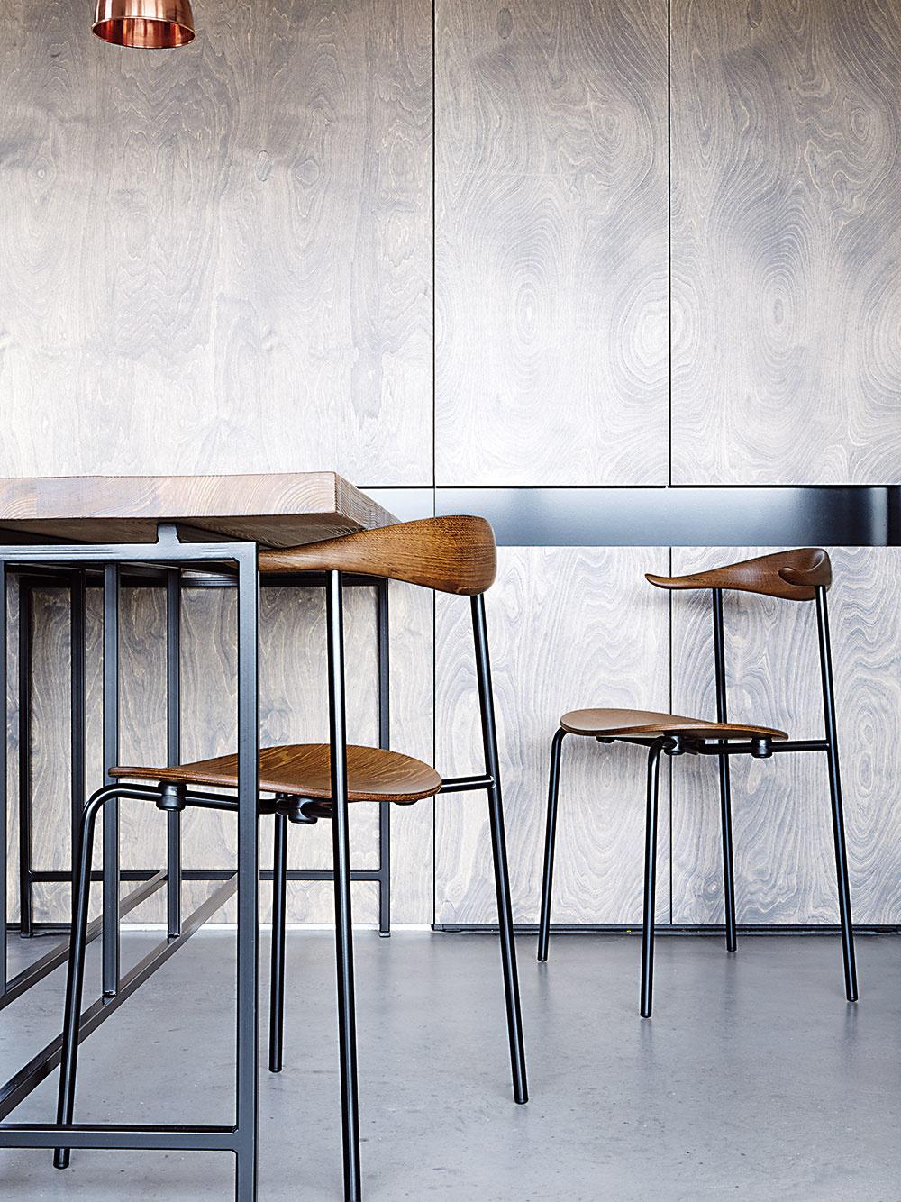 Príjemné kombinácie. V byte sú s mimoriadnym vkusom namiešané prvky navrhnuté na mieru sikonami nábytkového dizajnu – napríklad autorský jedálenský stôl z červeného smreka dopĺňajú stoličky CH88 od Hansa J. Wegnera.