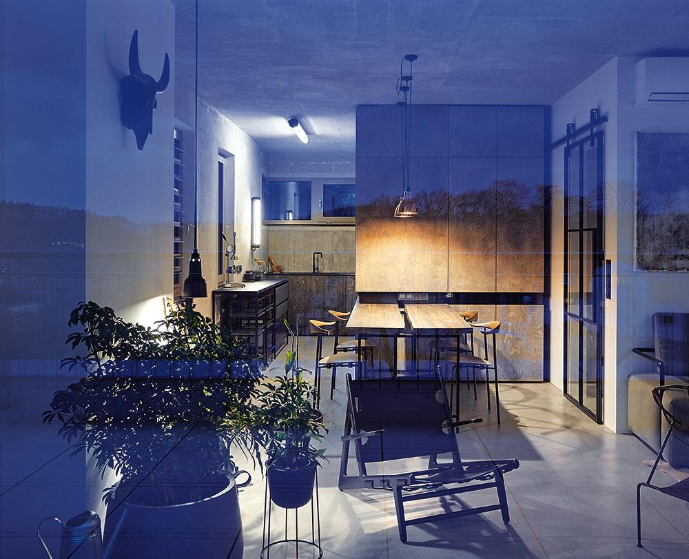 Pohľady z terasy. Kbytu patrí aj rozľahlá terasa sprekrásnym výhľadom – veľké zasklené steny sprostredkujú jej intenzívny kontakt s interiérom.