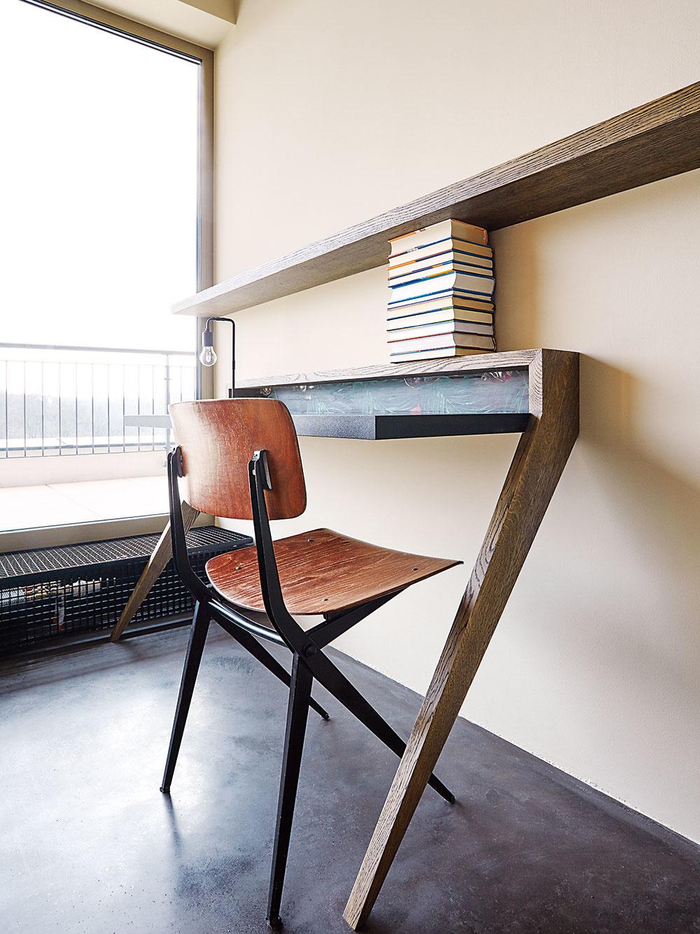 V detskej izbe sú dva minimalistické písacie stolíky, ku ktorým architektka doplnila jednoduché drevené stoličky Marko chairs.