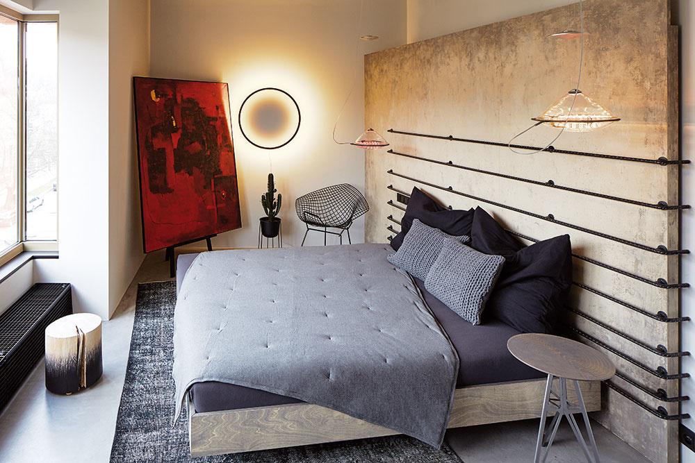 Dôvodom natočenia postele bolo najmä jej nasmerovanie knádhernému výhľadu na zazelenený svah. Zároveň však spríjemnilo aj proporcie spálne, kde je všetko odvrátené od tmavšieho kúta a nábytok nie je len poukladaný pozdĺž stien.
