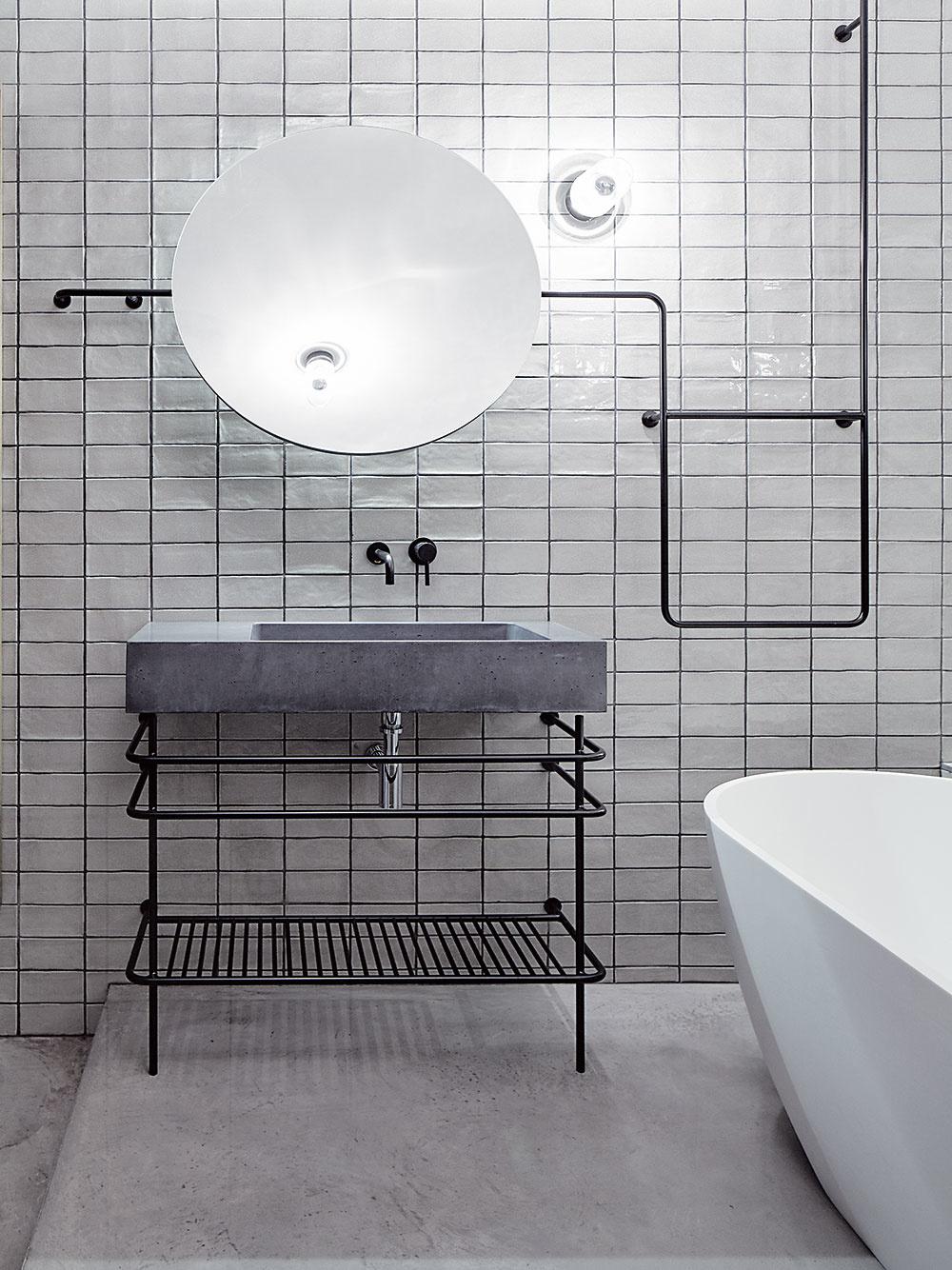 Industriálny vzhľad kúpeľne podčiarkuje betónové umývadlo Gravelli a cementová stierka na podlahe. Tú museli kvôli odpadu z voľne stojacej vane včasti kúpeľne o niečo zdvihnúť.