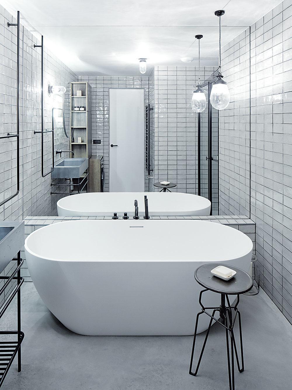 Zrkadlo pokrýva takmer celú jednu stenu kúpeľne. Pred ním sa vyníma vaňa Riho Bilbao.
