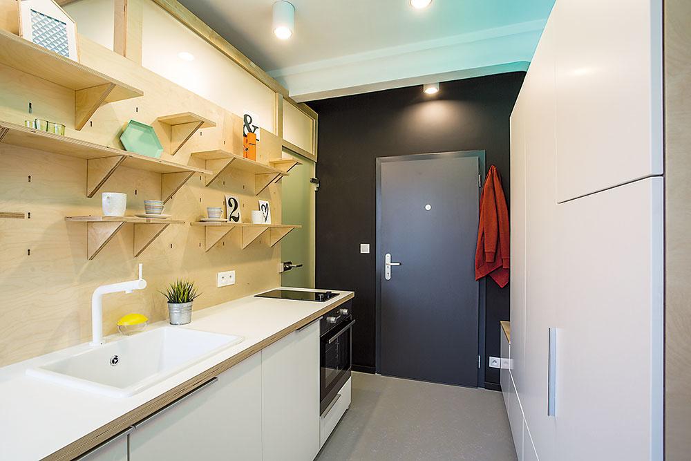 Denné svetlo je na nezaplatenie. (A zadarmo!) Do spálne ho architekti pustili o niečo viac ponad kuchynskú zástenu, do kúpeľne svetlíkmi tesne pod stropom.