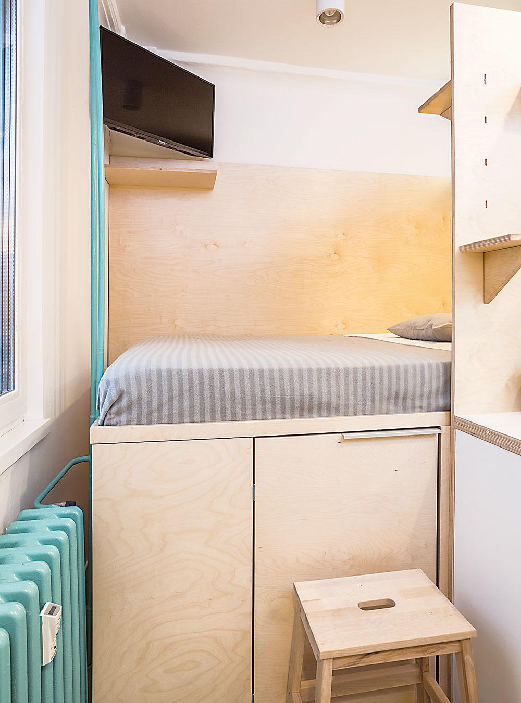 Na príjemné farebné oživenie prevažne neutrálneho interiéru využili architekti praktické prvky zariadenia – napríklad aj radiátor.