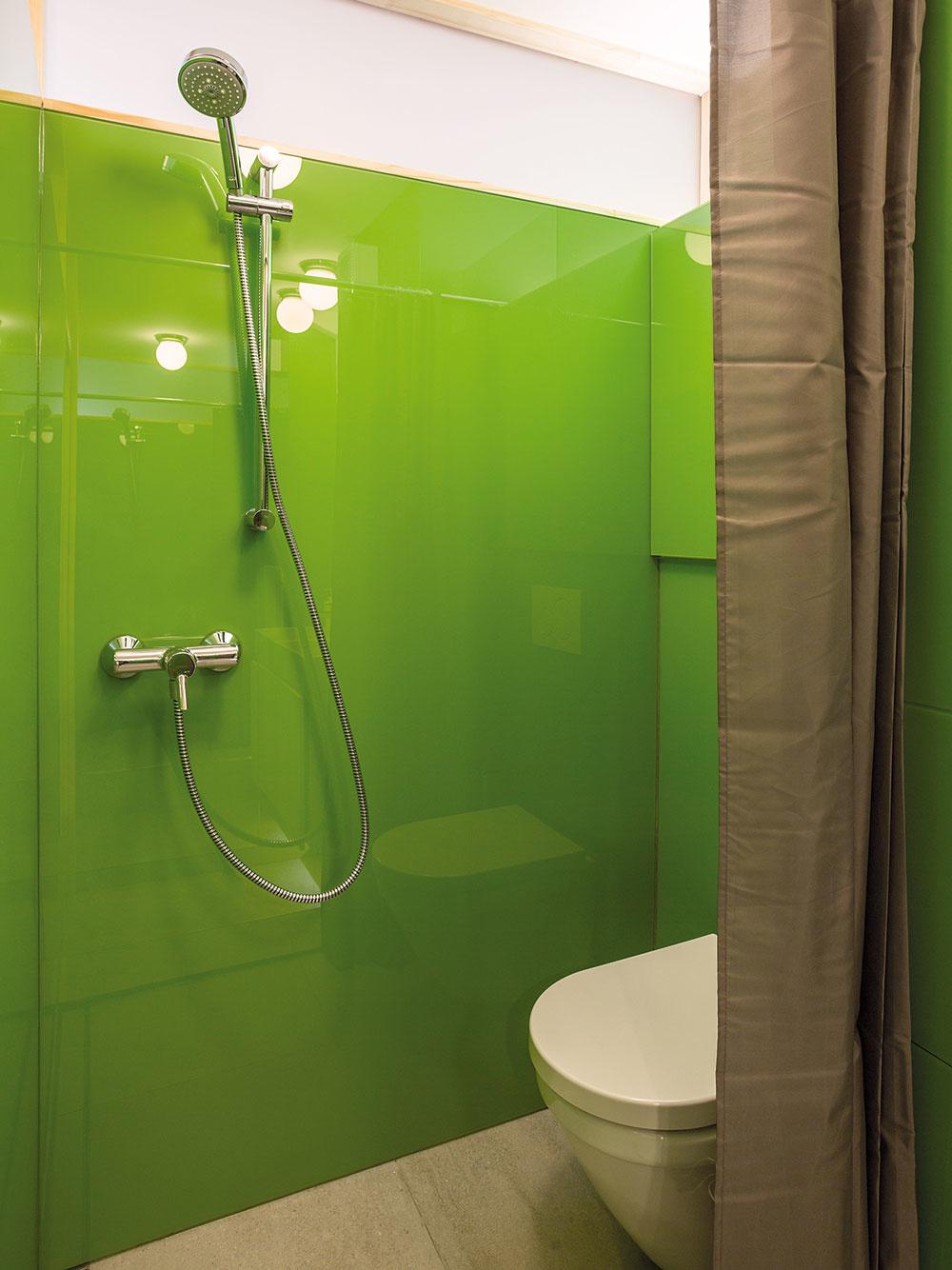 Kúpeľňa je oproti pôvodnému stavu väčšia, v záujme pohodlných rozmerov sprchovacieho kúta však aj tak museli zvoliť jeho neštand