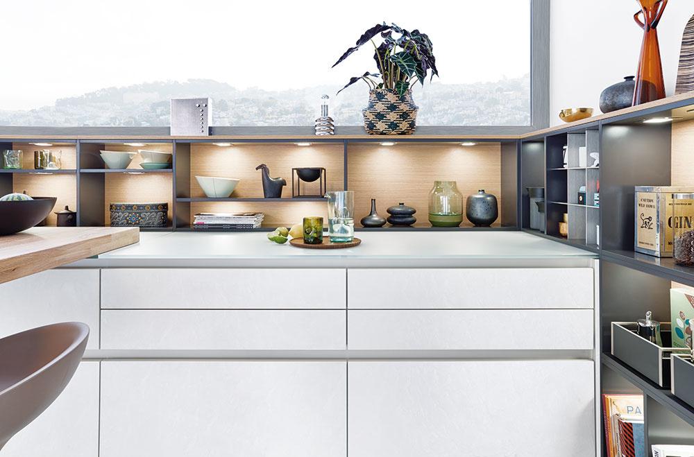 ORIGINÁLNOU CESTOU, ako naplno využiť aj priestor za kuchynskou linkou, sú rôzne závesné alebo policové systémy. FOTO LEICHT, KUCHYŇA CONCRETE.C