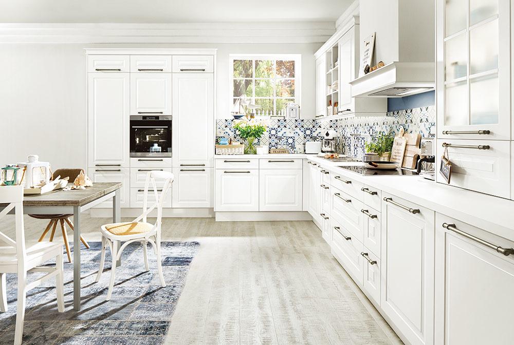 Kuchyňa Selma smatnými bielymi dvierkami pekne dotvorí aj interiér srustikálnymi prvkami. Predáva  SIKO KÚPEĽNE & KUCHYNE.