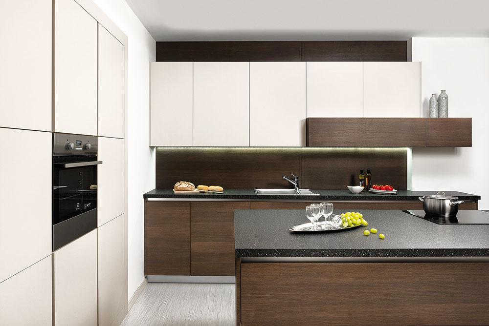 Kuchyňa Elite od značky Hanák kombinuje tmavý dekor oregonskej borovice so svetlým lakom vodtieni champagne. Kúpite vnábytkových štúdiách Merito.