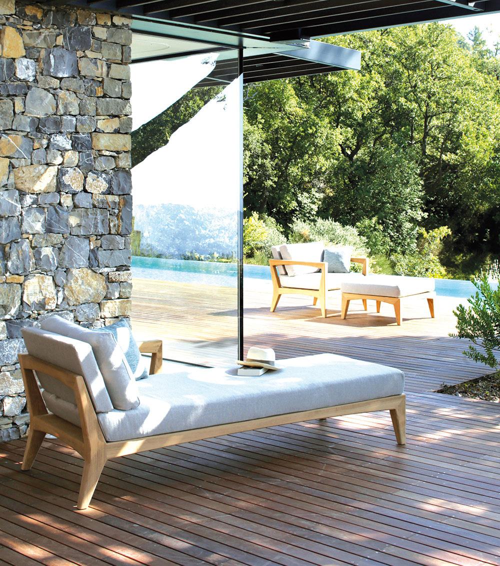 Obľúbeným materiálom sú v prípade záhradného nábytku odolné exotické dreviny. K najpopulárnejším patrí tík, ktorý tvorí aj základ kolekcie Zenhit od značky Royal Botania. Jej súčasťou je aj pohodlné kreslo s podnožkou či ležadlo, ktoré nájde uplatnenie nielen pri bazéne. Predáva Elmina, Lightpark.