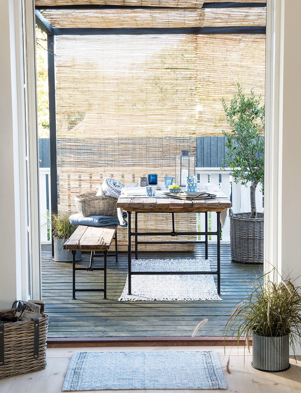 Exteriérové sedenie s dávkou patiny? Prečo nie. Siahnuť môžete po tvarovo jednoduchom nábytku, ktorý kombinuje drevo a kov. Nezabudnite na výsadbu napríklad v efektných kovových kvetináčoch alebo prútených košoch. Modely od značky Ib Laursen nájdete na www.bellarose.sk.