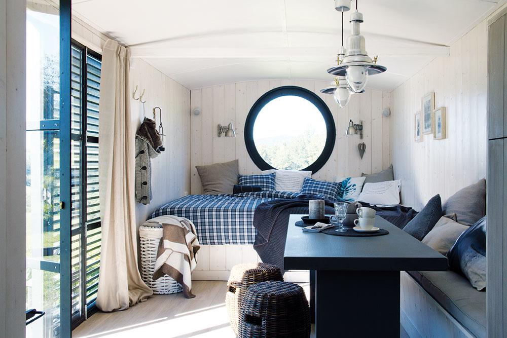 """Veľká posteľ, ktorá je zároveň spálňou aj """"váľacou"""" sedačkou, bola pre Moniku zásadným kusom nábytku."""