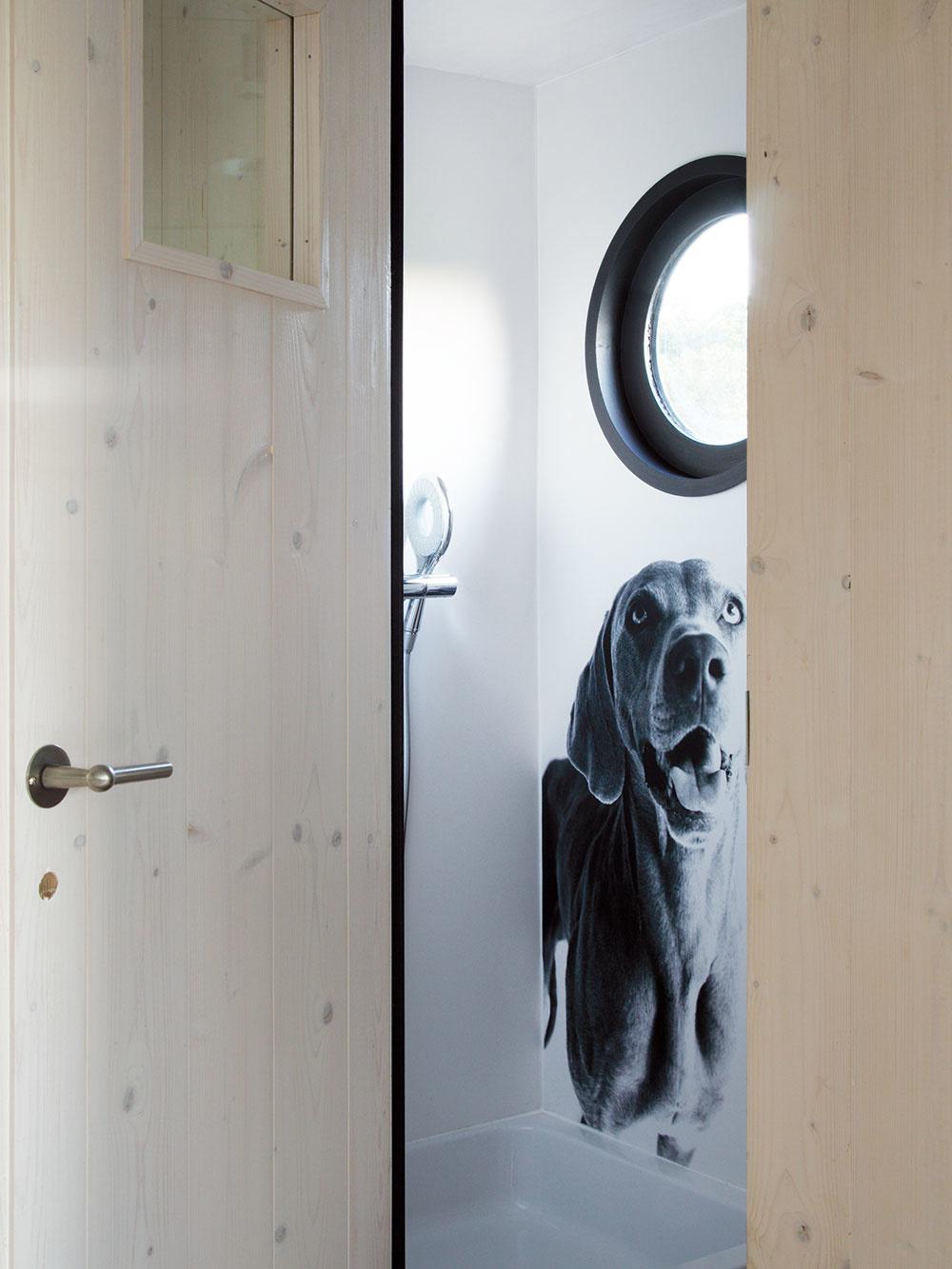 Na plochu 3 × 8 m2 sa vošla dokonca aj miniatúrna kúpeľňa so sprchovacím kútom, umývadlom achemickým WC.