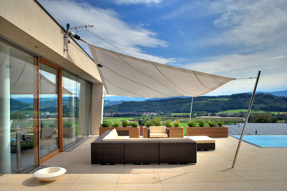 Slnečné plachty rôznych tvarov Sun Square vás ochránia proti slnku v otvorených priestoroch a na terasách. Maximálna plocha plachty môže byť veľká až 70 m2, tvary sú trojuholníkové či pravouhlé a konštrukcie znehrdzavejúcej ocele a hliníka. Každá plachta je vybavená motorom s veterným senzorom s automatickým nastavením. Látky si možno vybrať z pestrej vzorkovnice nielen podľa farebnosti, ale aj odolnosti proti slnečnému žiareniu a dažďu.