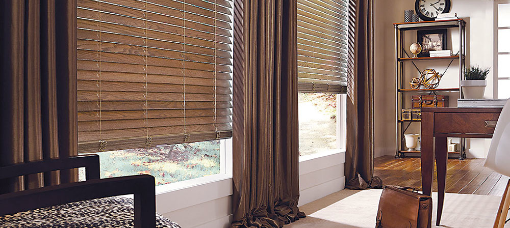 Ak z technických alebo iných dôvodov nie je možné namontovať exteriérové tienenie, môžete použiť náhradné riešenie vo forme interiérových bambusových žalúzií, ktoré sú schopné na 70 % nahradiť vonkajšie tienenie a dajú sa namontovať prakticky všade. Bambus je izolačný prírodný materiál, ktorý teplo a slnečné lúče pohlcuje, takže teplo nesála do miestnosti, ako je to pri hliníkových materiáloch. Zároveň príjemne dotvorí vzhľad interiéru anavodzuje atmosféru prírody. Vyrába sa v odtieňoch bežných drevín, vo viacerých vyhotoveniach.