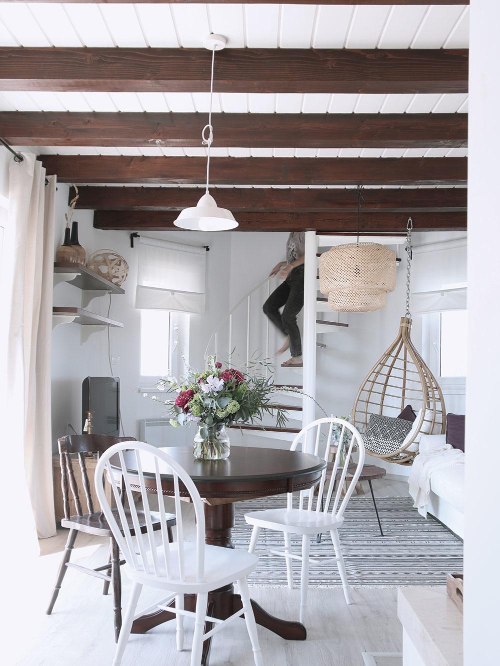 Na podlahu sa použil bielený dub, ktorý vytvára príjemný kontrast stmavými drevenými trámami.