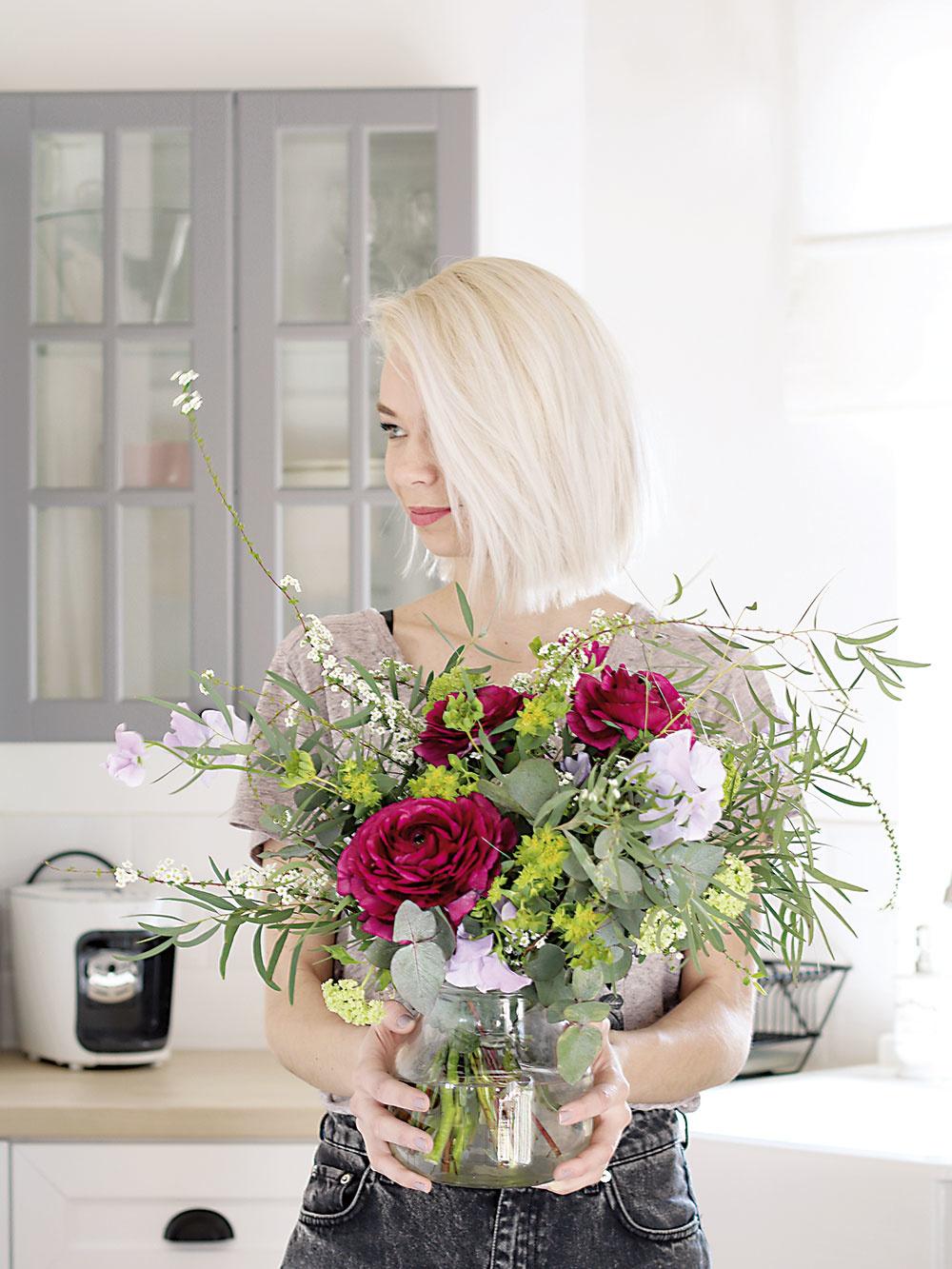 Príjemný charakter interiéru dotvárajú použité rezané kvety, rastliny aprírodniny. Kvetinové aranžmány pripravil Ateliér Papaver.