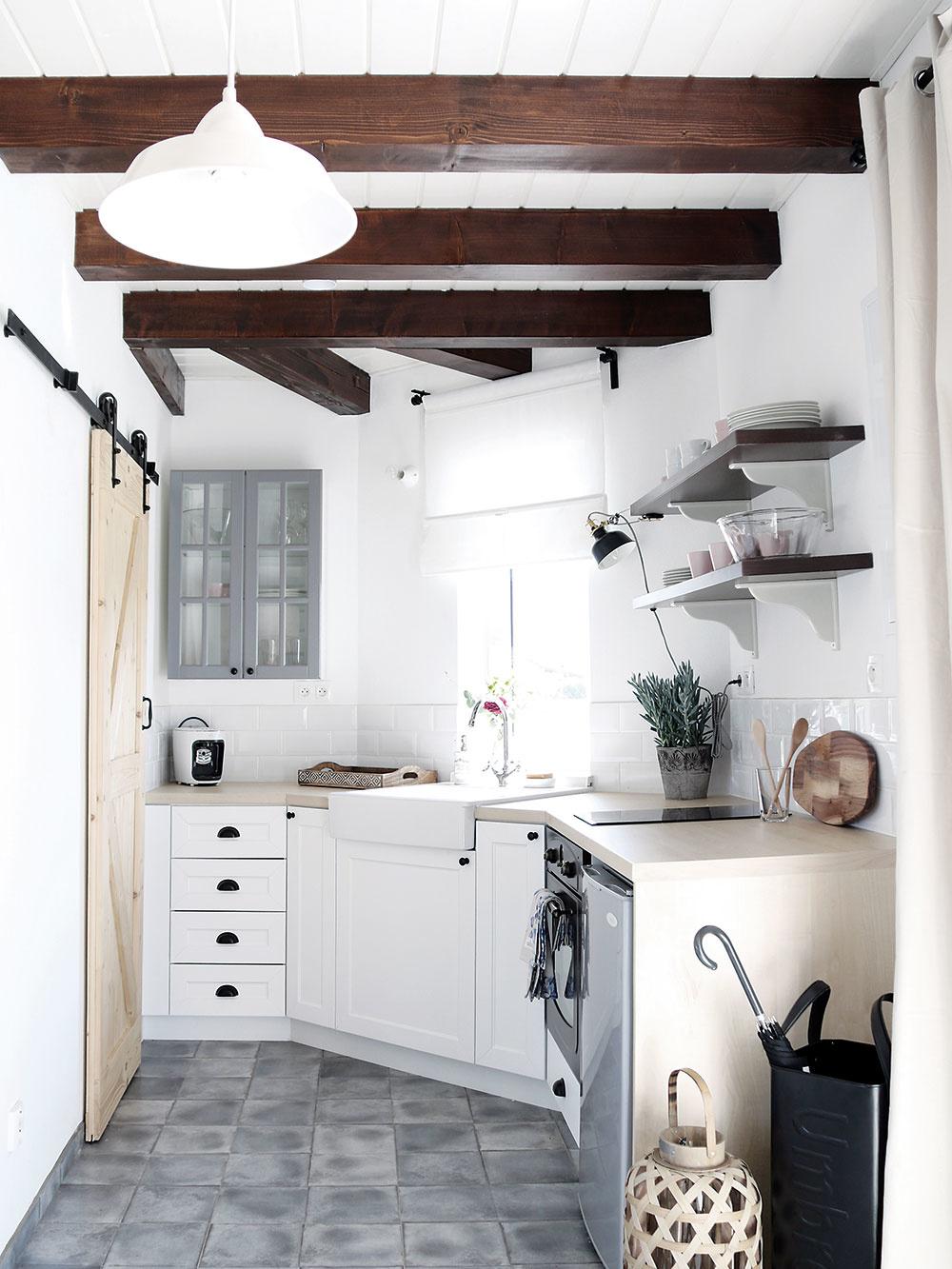 Vkuchyni sa nachádza dlažba imitujúca betón, ktorá opticky oddeľuje priestor kuchyne aobývacej izby azároveň lepšie odolá prípadným pádom kuchynského náčinia.