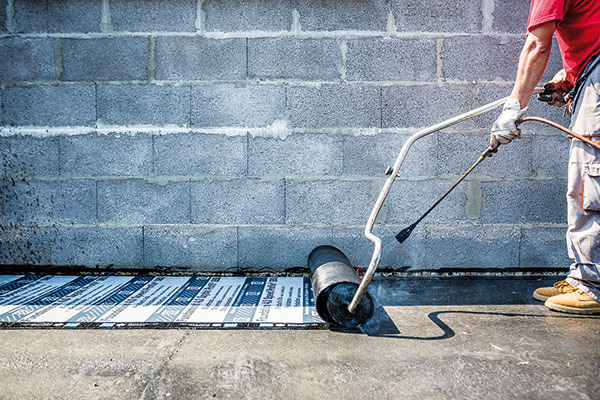 Natavovanie vodorovnej hydroizolácie z asfaltovaných pásov. Dokonalé celoplošné spojenie s podkladom umožňuje spodná strana asfaltovaného pásu s hrebeňovým profilom. Oproti bežným pásom s hladkou spodnou stranou je kvalita natavenia vyššia a aplikácia je až o 30 % rýchlejšia.