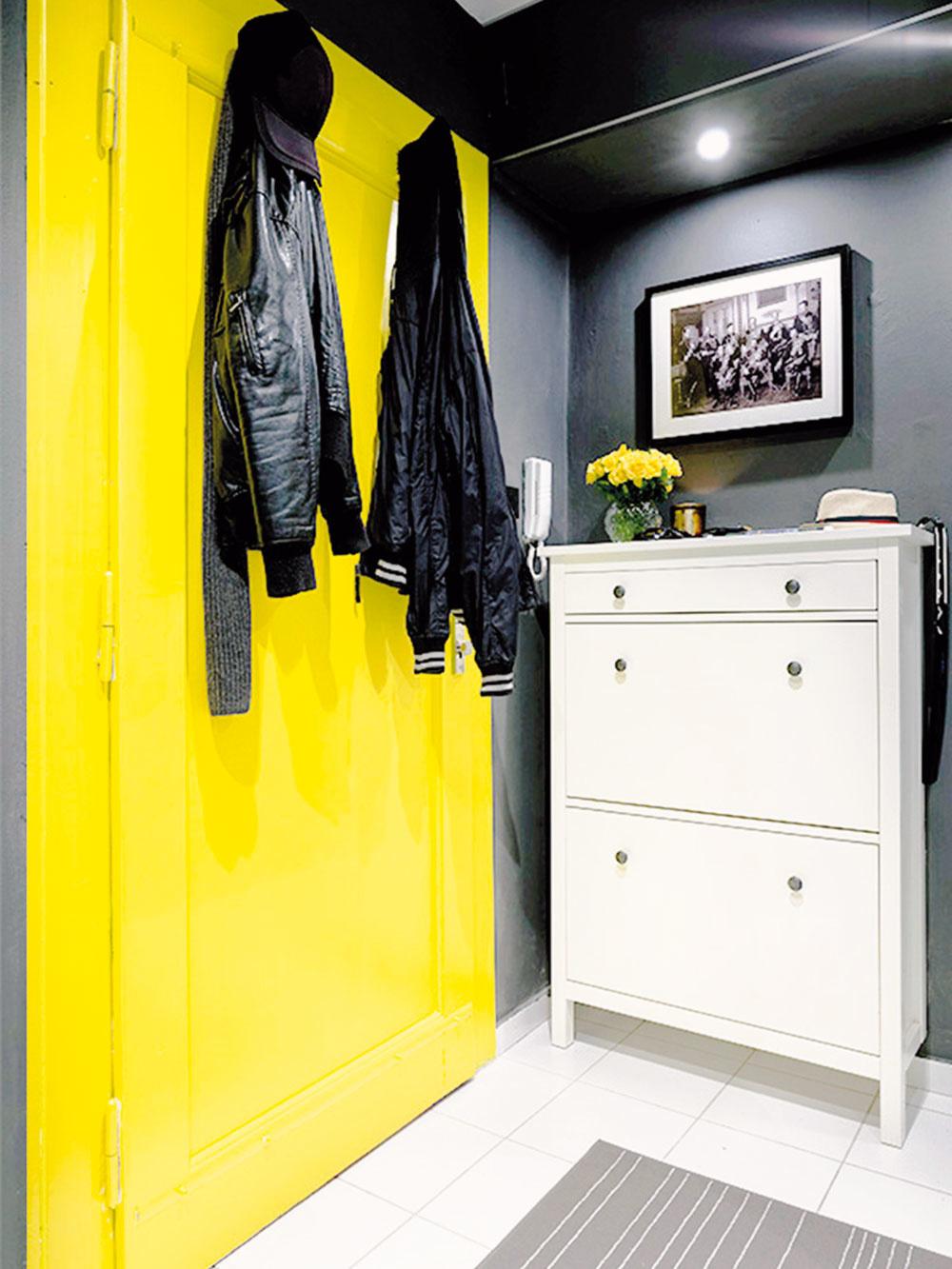 DOMINANTOU SIVEJ CHODBY sú na žlto natreté dvere, ktoré doslova ťahajú zrak. Celý priestor rozsvecujú a dodávajú mu energiu.