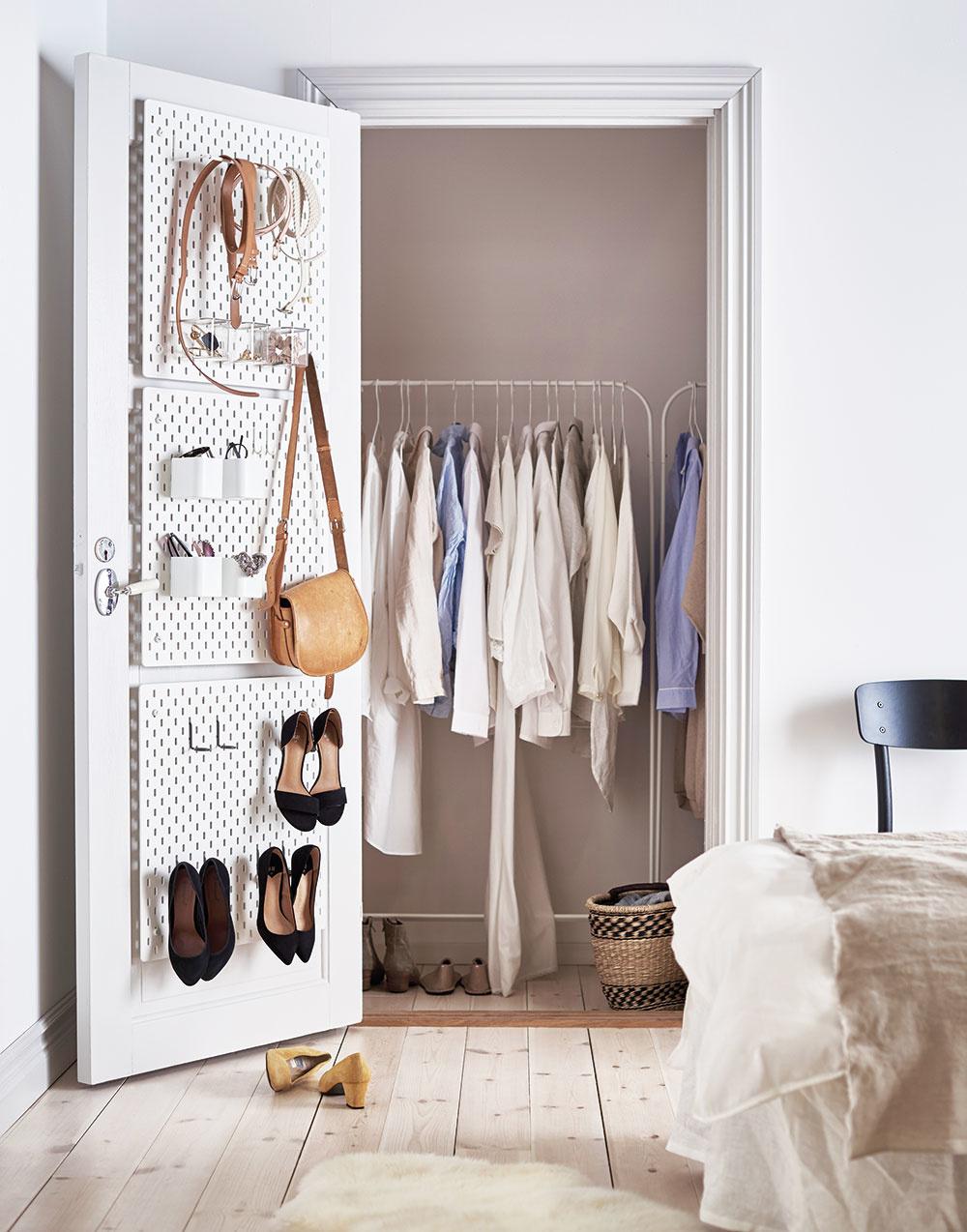 Zašité za dverami. Na odkladanie rôznych doplnkov využite jednoducho dvere. Stačí použiť oceľové závesné skrinky svoľne nastaviteľným príslušenstvom. Ušetria kopu miesta zpodlahovej plochy.