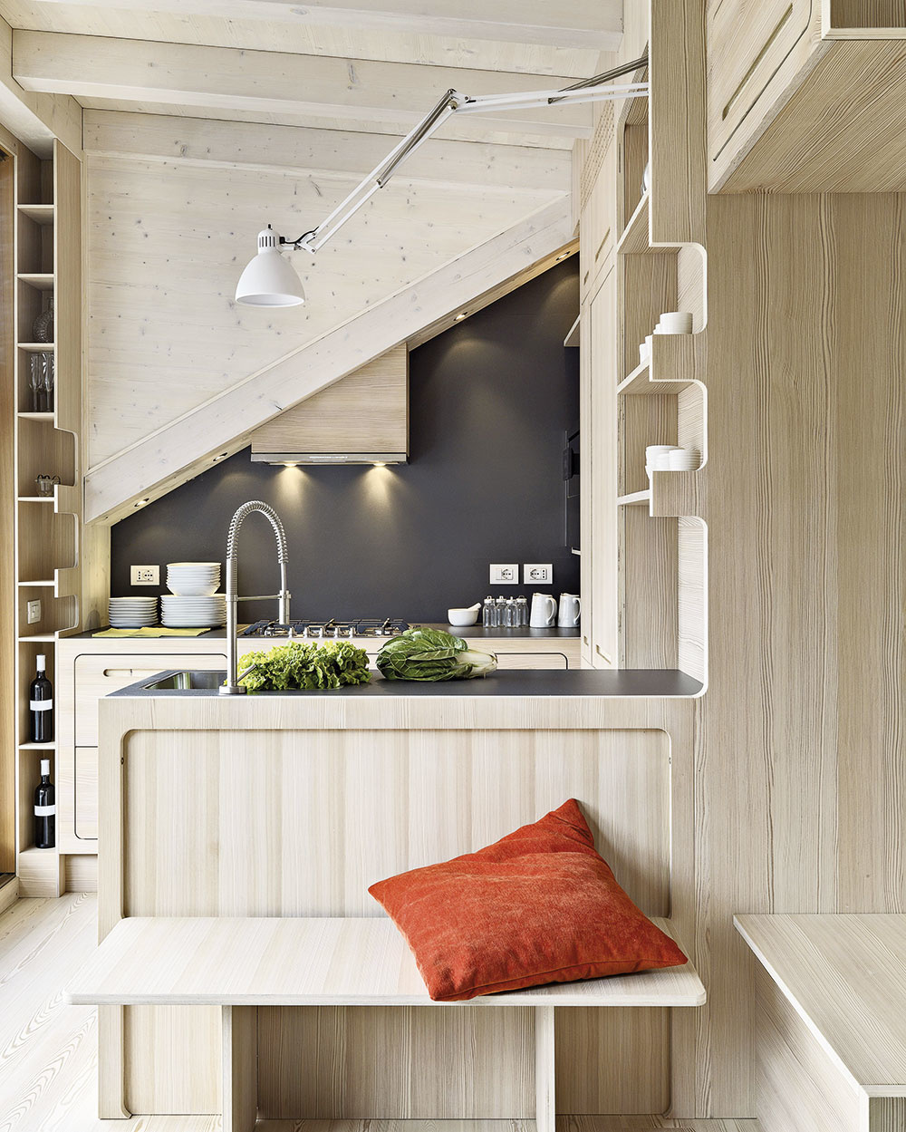 Kuchynský ostrov dômyselne oddelí kuchyňu od zvyšného priestoru. Z opačnej strany umiestnite lavičku, bude tým najobľúbenejším miestom.