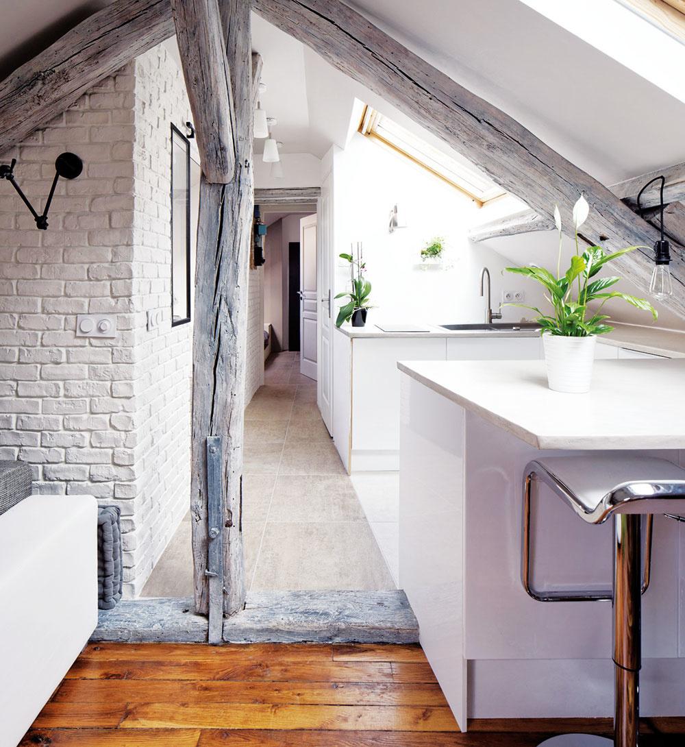"""Oddelené podlahou. Dobrým trikom na optické oddelenie miestností je použiť napríklad aj iný typ podlahy alebo ju vyvýšiť ako """"pódium""""."""