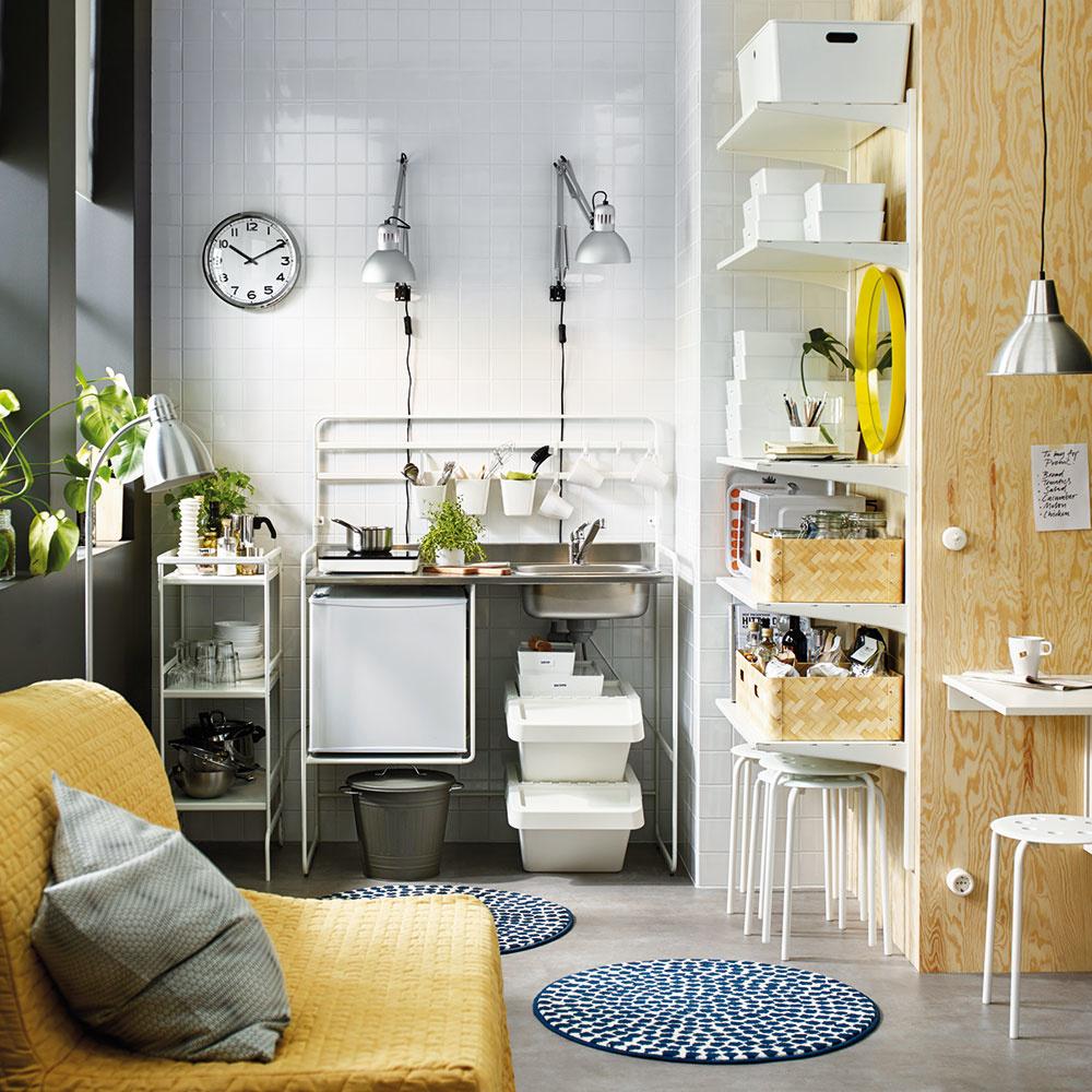 Rafinované skrýše možno vytvárať v stenách, ale aj pomocou regálov, závesných poličiek a rôznych úložných škatúľ.