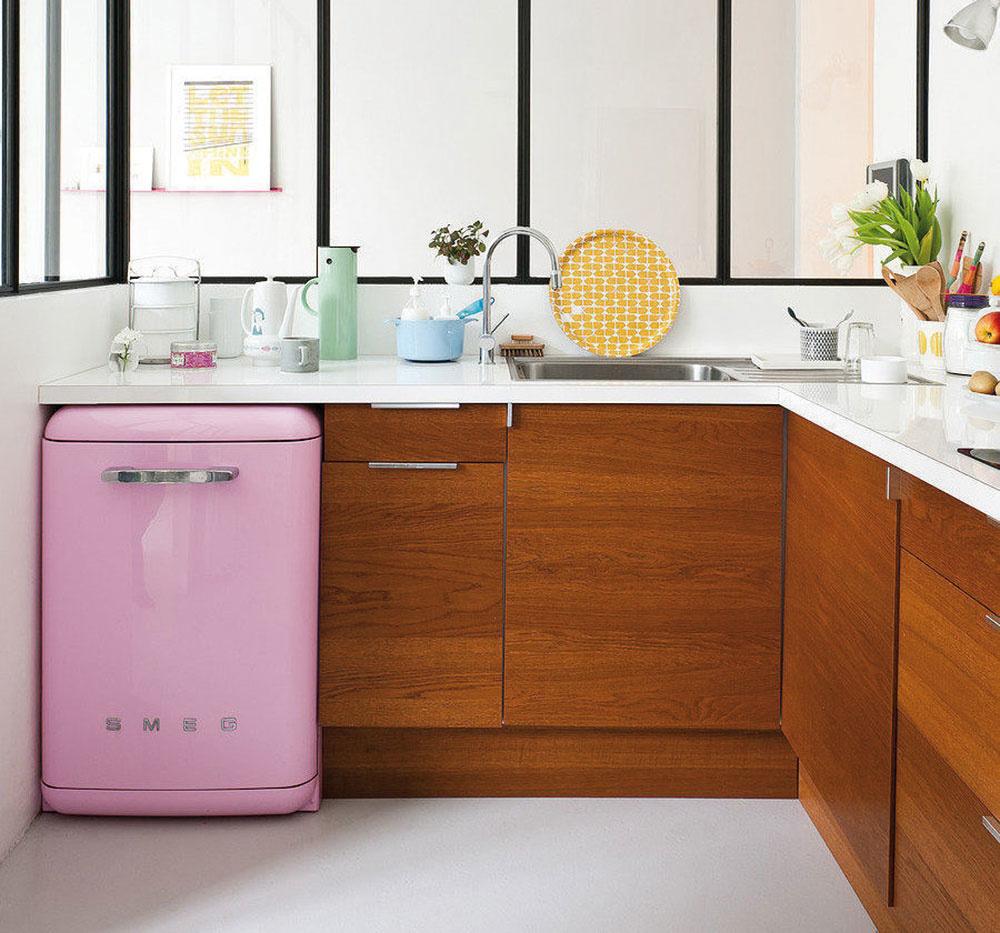 Plné skrinky v spodnej časti vyvážia horné poličky alebo otvorené úložné priestory. Živosť a hravosť kuchyni vdýchne farebná chladnička či práčka s menšími rozmeromi.