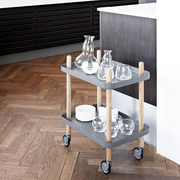 Servírovací stolík Block Table od značky Normann Copenhagen, 50 × 64 × 35 cm, jaseňové drevo, lakovaná oceľ, viac farieb, 230 €, www.designville.sk