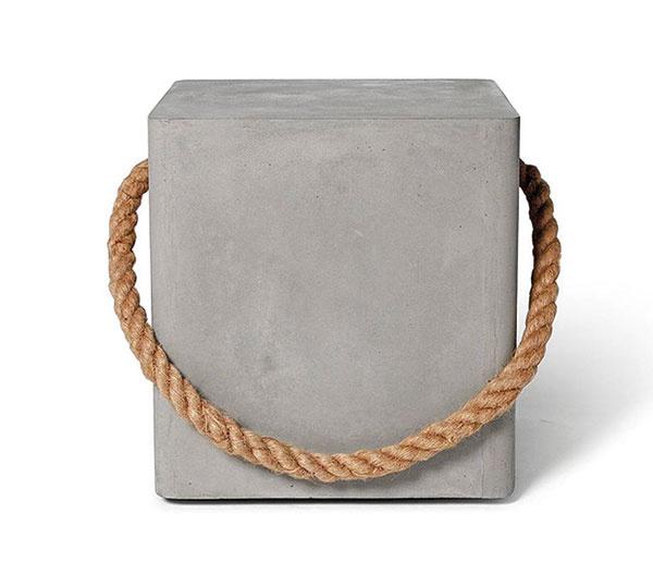Minimalistická stolička Edge, 40 × 45 × 40 cm, betón, lano na jednoduchšie prenášanie, vhodná aj do exteriéru, 348,04 €, www.lyon-beton.com