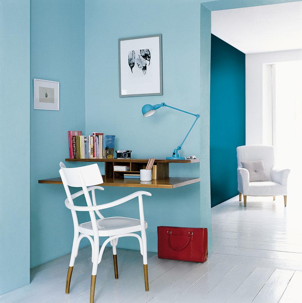 """Šupnite kútik do kúta! Zahoďte nohy anechajte stôl """"plávať"""" – šikovný stolár vám ho pomôže vyrobiť presne na mieru do vášho pracovného kúta. Ak ho budete využívať len zopár desiatok minút denne, pokojne si knemu doprajte aj dizajnovú stoličku. Ak však pri práci spočítačom strávite oveľa dlhší čas, je lepšie investovať do dobrej ergonomicky tvarovanej kancelárskej stoličky. Aj medzi nimi nájdete zopár vábnych kúskov."""