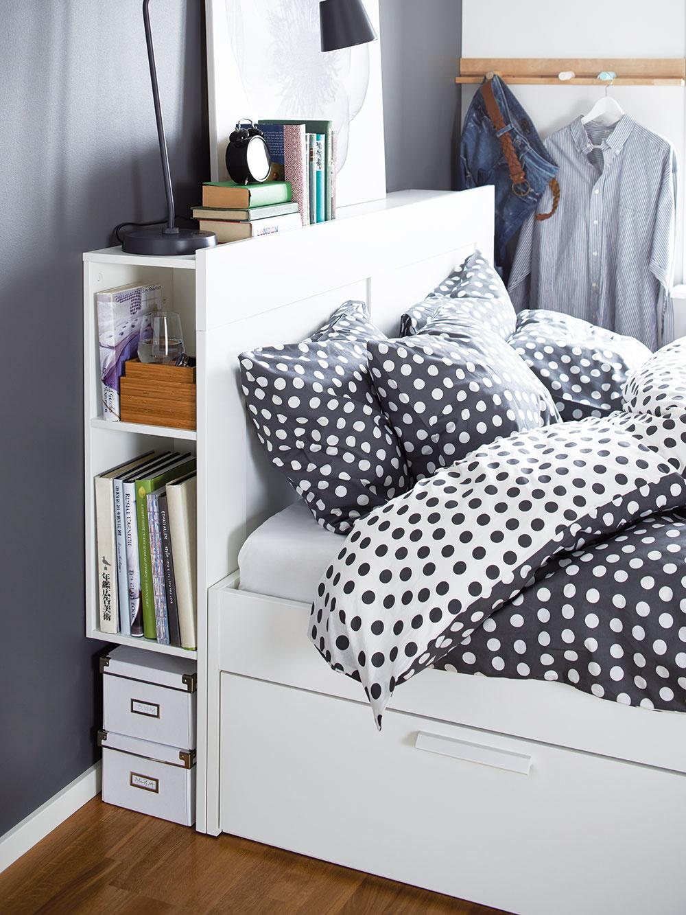 ČELO POSTELE MÔŽE BYŤ IDEÁLNYM MIESTOM na uloženie kníh a iných drobností, ktoré patria do spálne. Zabudované police nahradia nočný stolík, ak je naň pri posteli nedostatok miesta. Štyri zabudované zásuvky poskytnú zasa ďalší úložný priestor pod posteľou. Rám postele Brimnes, 1 400 × 200 cm, drevo, drevotrieska, 208,90 €, predáva IKEA.