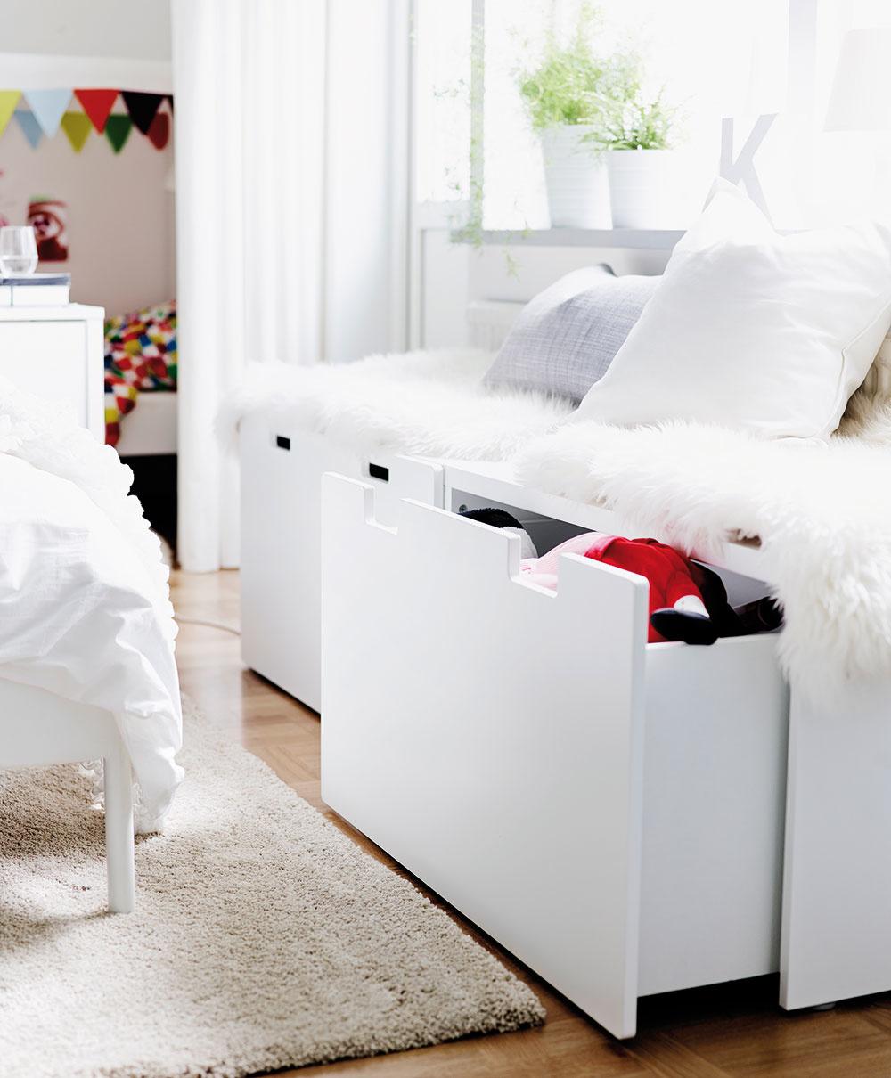 LAVICA S ÚLOŽNÝM PRIESTOROM poskytne okrem romantického posedenia pri okne aj možnosť, kam schovať sezónne oblečenie, deky, paplóny či vankúše. Biela lavica Stuva, 90 × 50 × 50 cm, 54,90 €, predáva IKEA