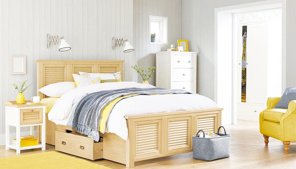 PRIESTOR POD POSTEĽOU JE IDEÁLNY na uskladnenie všetkého, čo práve teraz nepotrebujete, ale budete potrebovať neskôr. Mnohé rámy postelí majú na tieto účely už zabudované zásuvky. Ak nie, môžete si kúpiť elegantné ploché plastové či papierové škatule, ktoré po naplnení ľahko zasuniete pod posteľ.