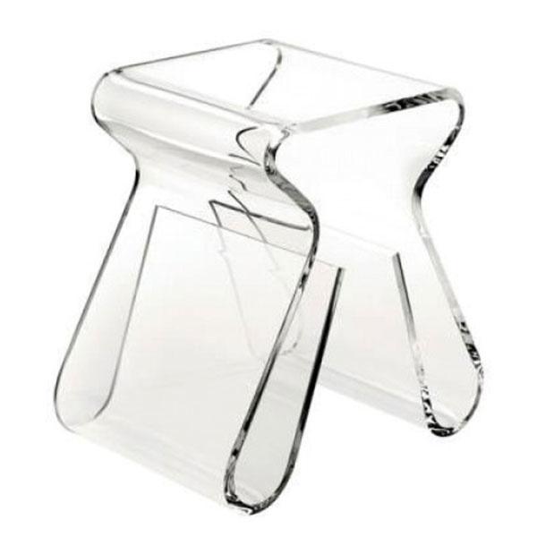 TRANSPARENTNÉ MATERIÁLY sú dobrou voľbou, ak nechcete, aby priestor pôsobil zapratane. V prípade, že máte pomenej miesta pri posteli, ale nočného stolíka sa nechcete vzdať, riešením môže byť tento plastový Magino, ktorý navrhol známy dizajnér Karim Raschid. Akrylát, 43 × 42 × 29 cm, 246 €, predáva 96design.