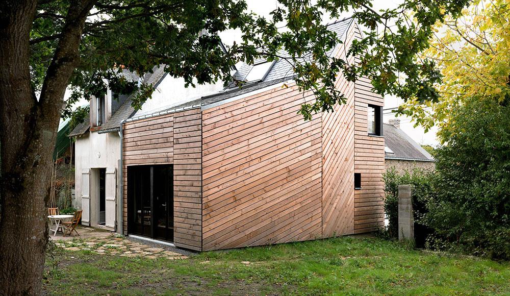 Skromná drevená prístavba k rodinnému domu sa napriek nízkemu rozpočtu vydarila!