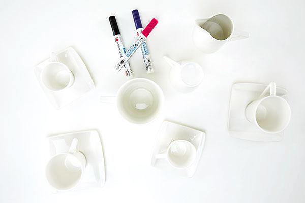 1. PRÍPRAVA Pripravíme si čistý a odmastený porcelánový riad a pomôcky spolu s fixkami na porcelán. foto: Möbelix