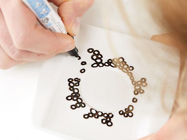 3. BODKOVANÝ VZOR Podobne postupujeme aj s tanierikom. Ak chceme aplikovať opakujúci sa vzor, vytvoríme si šablónu z kusa kartónu.