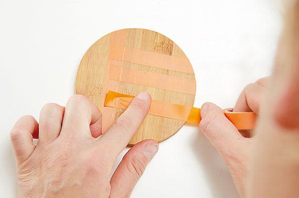 3. LEPENIE Lepiacu pásku dobre pritlačíme na podložku, aby sa pod ňu nedostala farba.