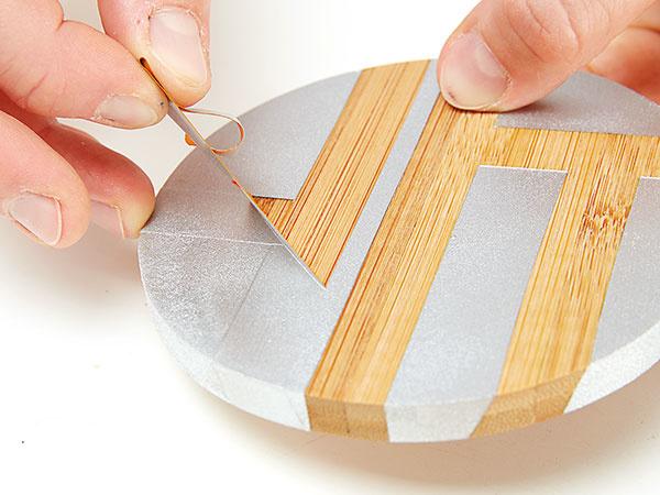 5. DOKONČENIE Keď je náter úplne suchý, môžeme odlepiť pásku a dokončiť svoju štýlovú podložku.