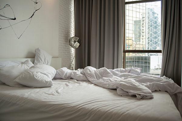 Tipy ako si schladiť spálňu v horúčavách: Ako ochladiť samotnú posteľ?