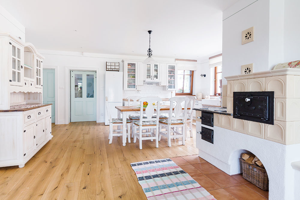 Pekná a praktická kuchyňa vo vidieckom štýle s tradičnou kachľovou pecou