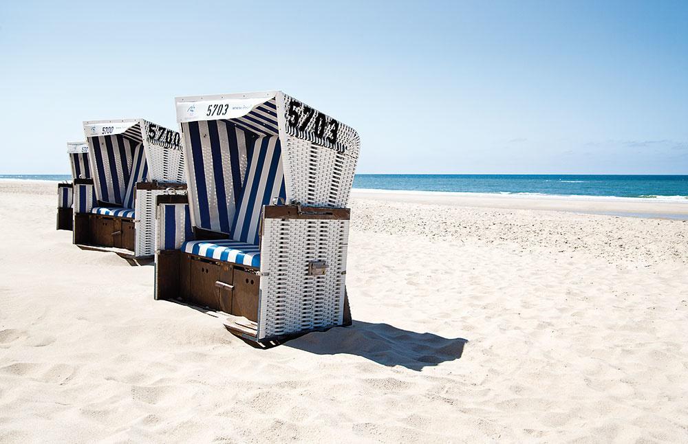 Ikonické plážové koše lemujú kilometre pobrežia a poskytujú útočisko pred slnkom a vetrom.