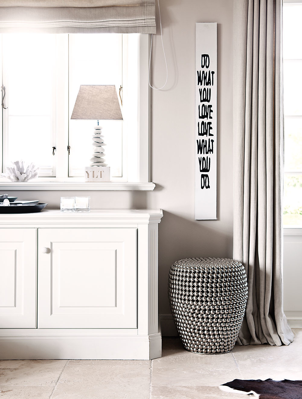 CHODBA, KUCHYŇA A JEDÁLEŇ sú zariadené svetlým nábytkom atlmenými farbami, tvoria kontrast k tmavej obývačke.