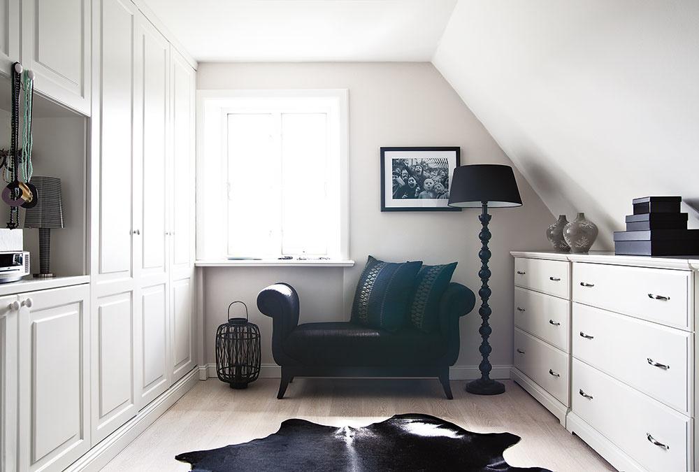 KONTRAST SVETLEJ A TMAVEJ sa opakuje vo viacerých miestnostiach domu.